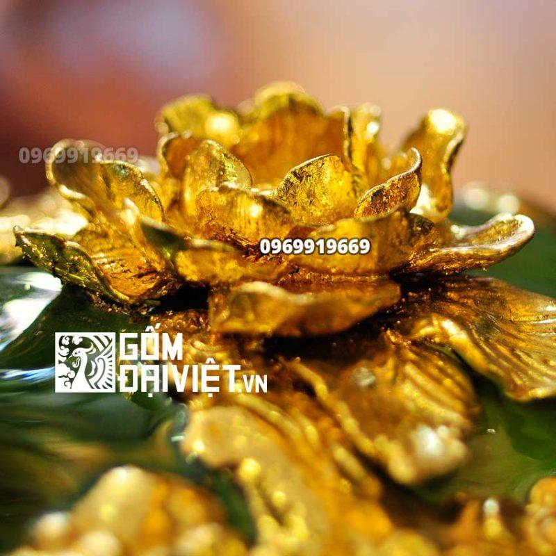 Bình hút tài lộc công đào đắp nổi mạ vàng