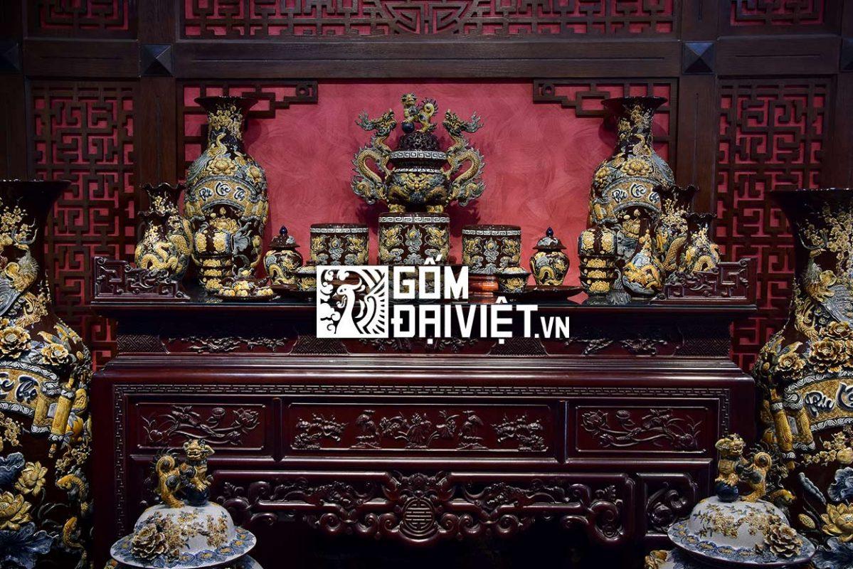 bàn thờ đặt đối diện với cửa ra vào được xem là cách bố trí bàn thờ hợp lý nhất