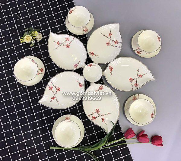 Set bát đĩa lá xoài xếp cánh hoa men kem vẽ đào đỏ