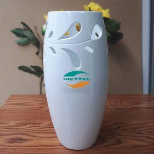 Lọ hoa sứ men trắng in logo dáng boom S1
