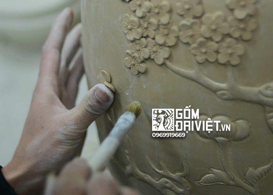Đắp nổi họa tiết lên gốm